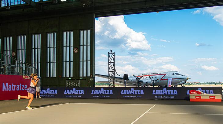В Берлине провели турнир в ангаре аэропорта на фоне военного самолета 40-х. Фотографии – конфета 🤩
