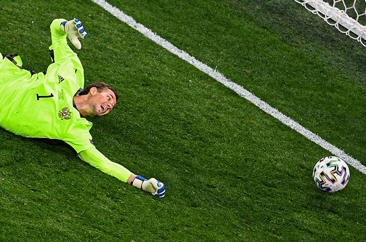«Сафонов мог потащить, когда Дания забивала первый». Артем Ребров разбирает игру вратарей на Евро-2020