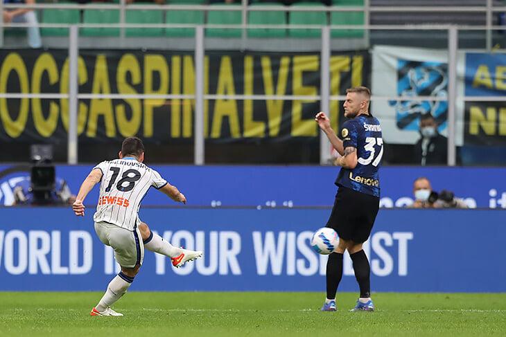 ВАР справедливо отобрал у «Аталанты» яркую победу: мяч вышел из игры за 15 секунд до гола. Вместо 3:2 – угловой