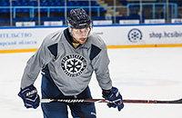 Игрок КХЛ пропустит сезон из-за рака. Его всего лишь ударили в спину