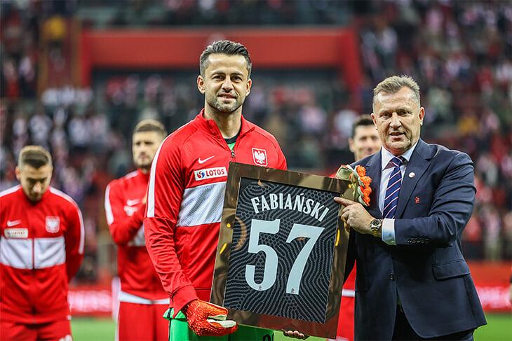 😍 Коридор почета прямо во время матча – так сборная Польши красиво прощалась с Фабианьским