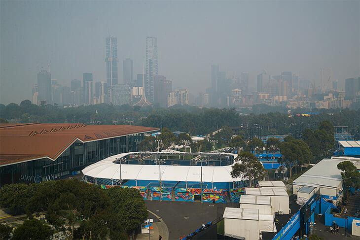Теннисисты в Австралии задыхаются: матч Шараповой остановили из-за дыма, в Мельбурне словенка чуть не потеряла сознание