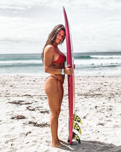 😍 Красотка из UFC фоткается в бикини, катает на серфе, а в бои вернулась через 4 месяца после родов. Сегодня она победила и установила рекорд
