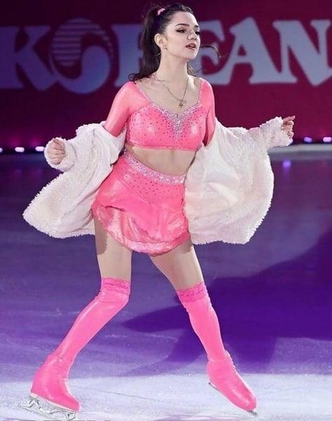 Картинки по запросу медведева розовое платье