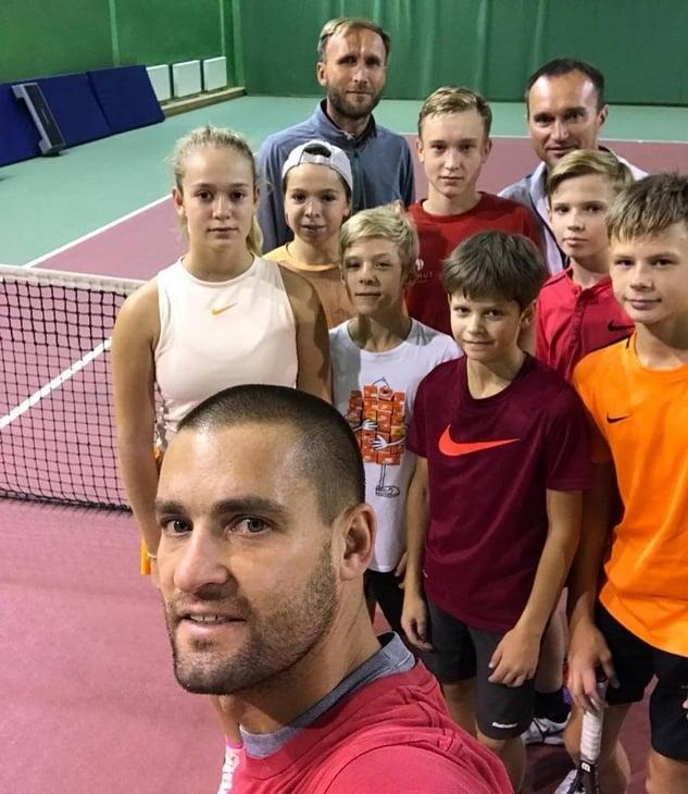 Южный громит нашу систему тенниса и сам тащит 10 юниоров. А еще рассказал, зачем бил голову ракеткой, и прочел свои стихи