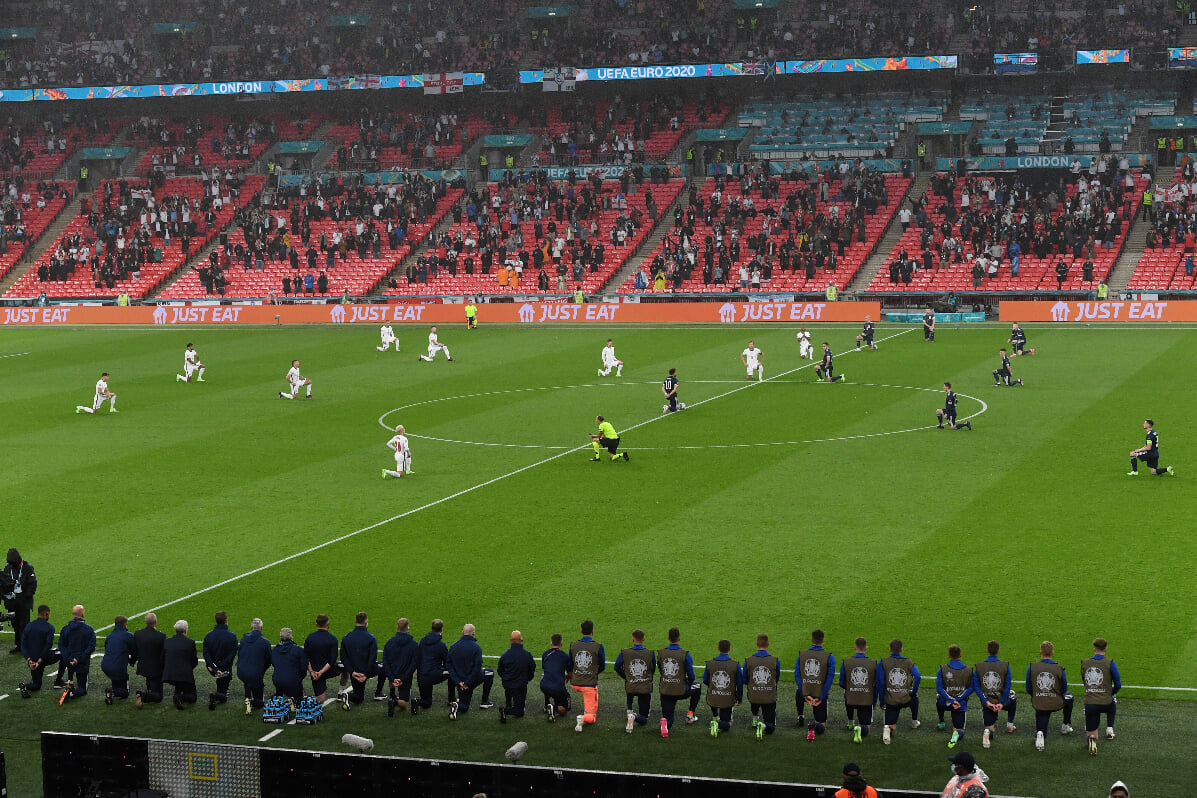 Игроки Англии и Шотландии встали на колено перед матчем Евро
