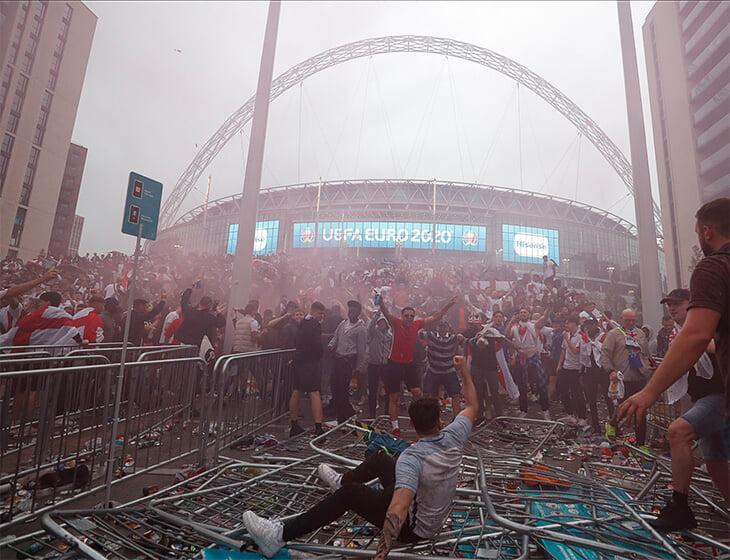 Организация финала на «Уэмбли» – катастрофа. Безбилетные фанаты прорвали оцепление и попали в чашу, полиции не хватало