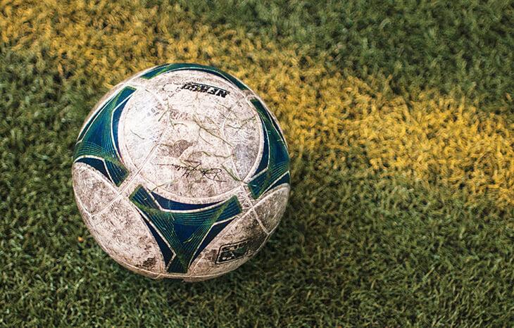Важнейший закон в Бельгии: можно самому (без помех!) забрать мяч, если он залетел в чужой сад. Сварливые соседи, как дела?