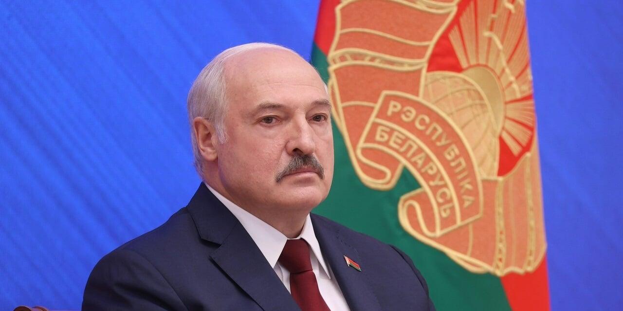 Александр Лукашенко: Жены футболистов и хоккеистов в айфонах сидят и против государства воюют. Метлу им, и на Белкалий