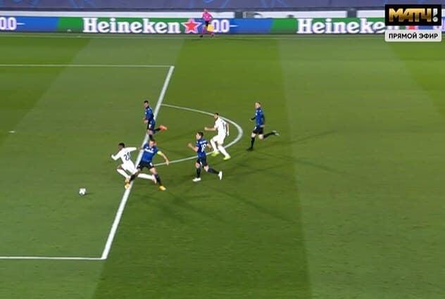 Судья назначил пенальти в ворота Аталанты за фол на Винисиусе. Рамос забил