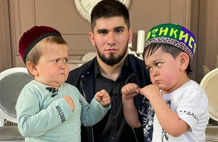 Чеченский блогер организовывает бой Хасбика и Абдурозика – двух парней с редким заболеванием. Кто-то смеется, а Ассоциация маленьких людей выступает против