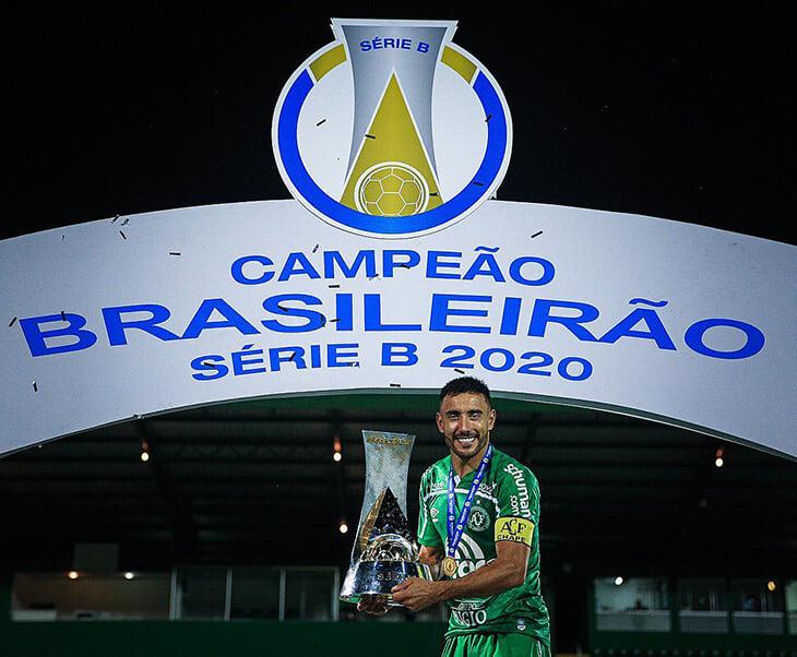 Сказка «Шапекоэнсе»: выиграл Серию Б на 98-й минуте. Первым трофей поднял Алан Рушел – единственный из выживших, кто продолжает играть