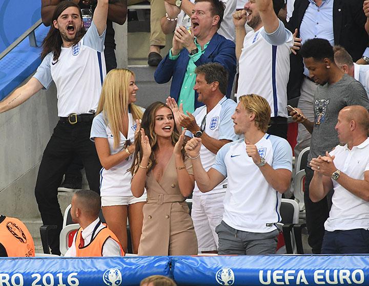 Фото девушек футболисток где видно белье, наелся виагры и трахнул девку