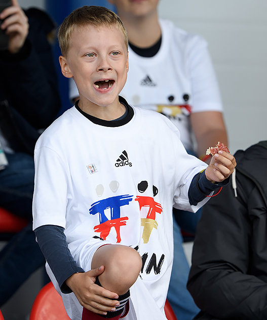 Самая добрая тренировка ЧМ: немцы подарили детям 1000 мячей