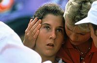 Селеш была королевой: к 19 выиграла 8 «Шлемов», пряталась от фанов под париком. А потом ее ударили ножом на корте