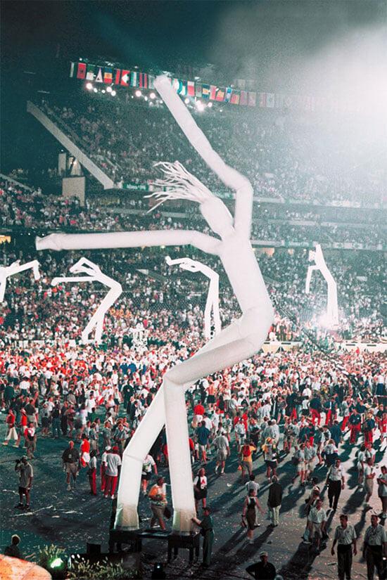Вас тоже веселили огромные фигуры, гнущиеся на ветру? Их придумали для Игр-96 и ставили на каждом матче Евро-2000