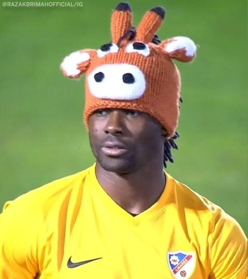 Шапка в виде оленя (или лошади) – пока лучший аксессуар года. Вратарь вышел в ней на «Севилью» в Кубке Испании