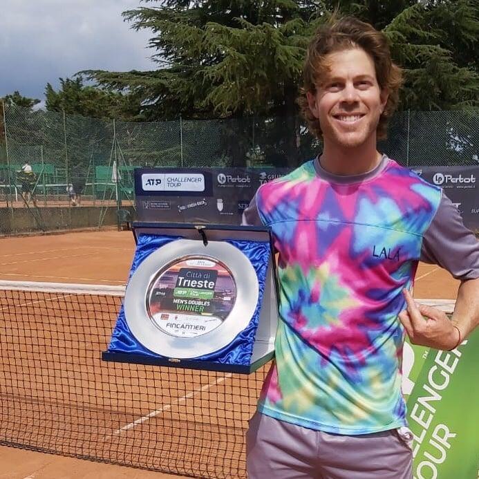 Лучший гардероб в теннисе – у уругвайского парника: единороги, ламы, ананасы, фламинго, в которых его одевает жена