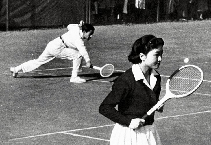 Теннисный роман императора Акихито: влюбился на корте и первым из японских монархов женился на девушке из народа