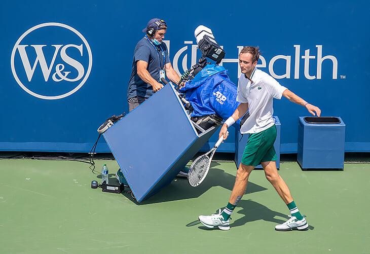 Медведев врезался в телекамеру по ходу матча – и угрожал судом. В теннисе вообще много травм из-за ненужных на корте вещей