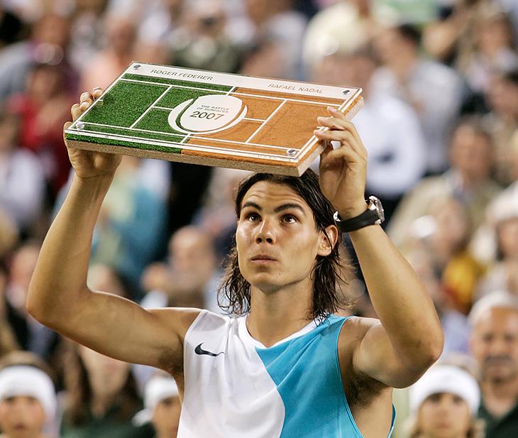 13 лет назад Федерер и Надаль сыграли на безумном корте: с одной стороны был грунт, с другой – трава