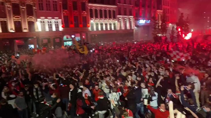 Лилль в огнях: фанаты жгли всю ночь и бегали от полиции, а теперь ждут чемпионский автобус