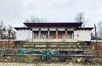 Трибуны из немецких рельс пустили на металлолом, на дорожках жгут костры: от стадиона «Локомотив» остались руины