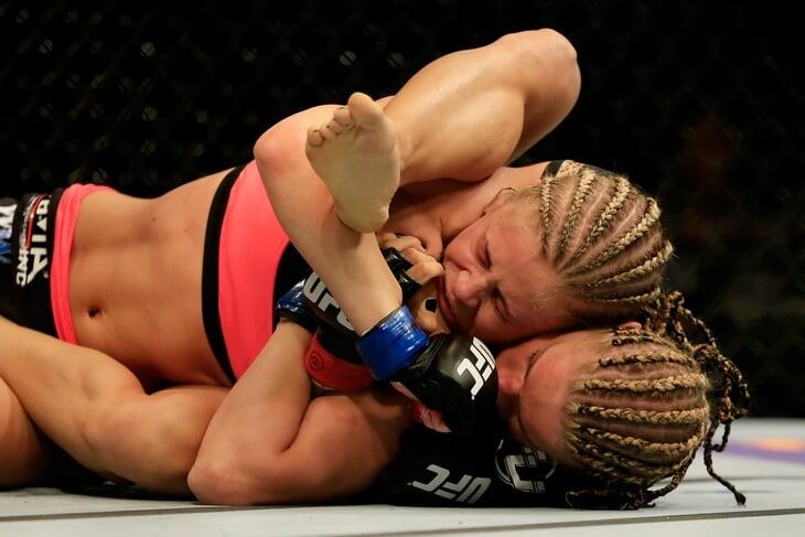 Главная красотка UFC – теперь в боях на кулаках. Она прошла через буллинг и изнасилование в школе, увеличила грудь и зажгла в «Танцах со звездами»