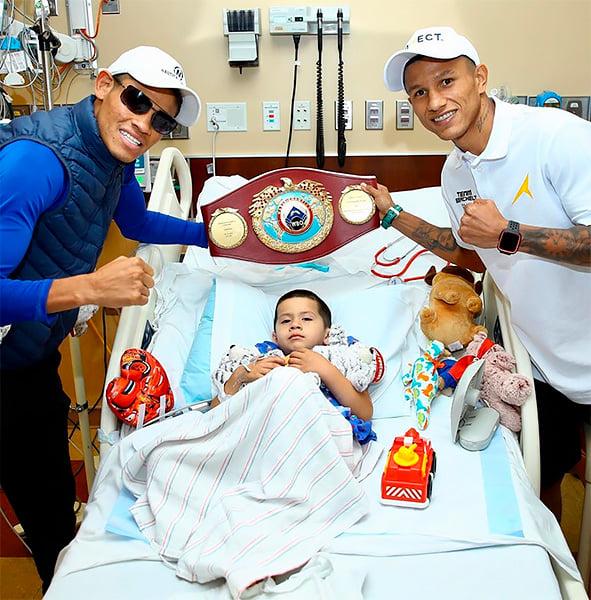 Мексиканские боксеры посетили детскую больницу перед боем: так они получают дополнительную мотивацию