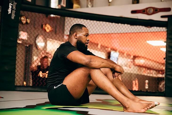 Экс-чемпион UFC Джон Джонс снова арестован: похоже, он избил жену и протаранил головой полицейскую машину