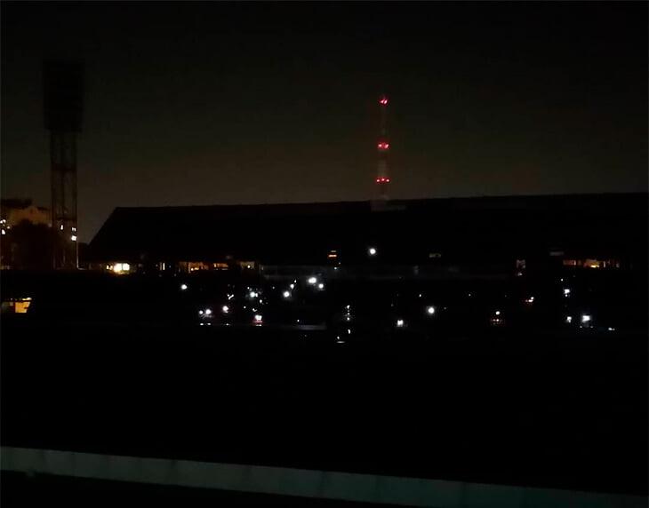 Блэкаут на матче ФНЛ: «Факел» с «Аланией» прервались почти на час из-за погасшего света, зрители включили фонарики