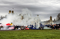 Болид «Формулы-1» против регбийной команды
