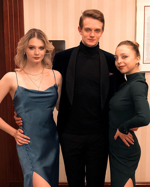 Наряды фигуристов на банкете в Москве: у Трусовой – платье в пол, Худайбердиева со смелым декольте, Козловский в синем пиджаке