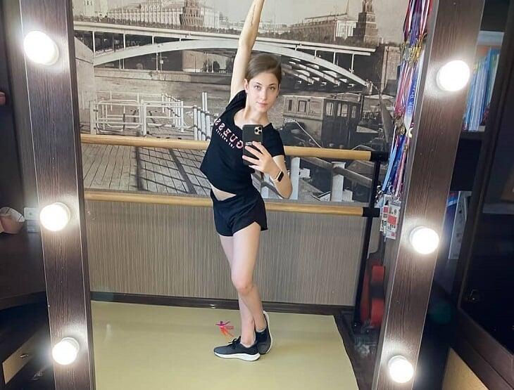 Алена Косторная экспериментирует не только с тренерами, но и с внешностью: за полгода дважды перекрасила волосы и набила татуху