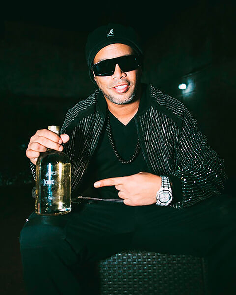Роналдиньо создал трэп-проект и снимается в клипах. Говорит, что ради музыки, но везде рекламирует свой джин
