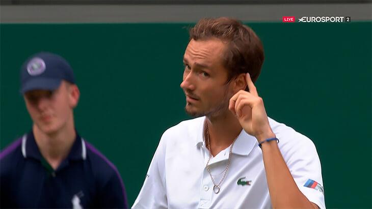 Медведев уверенно идет по «Уимблдону», а его чувство мяча – восторг. И он требовал, чтобы зрители это ценили