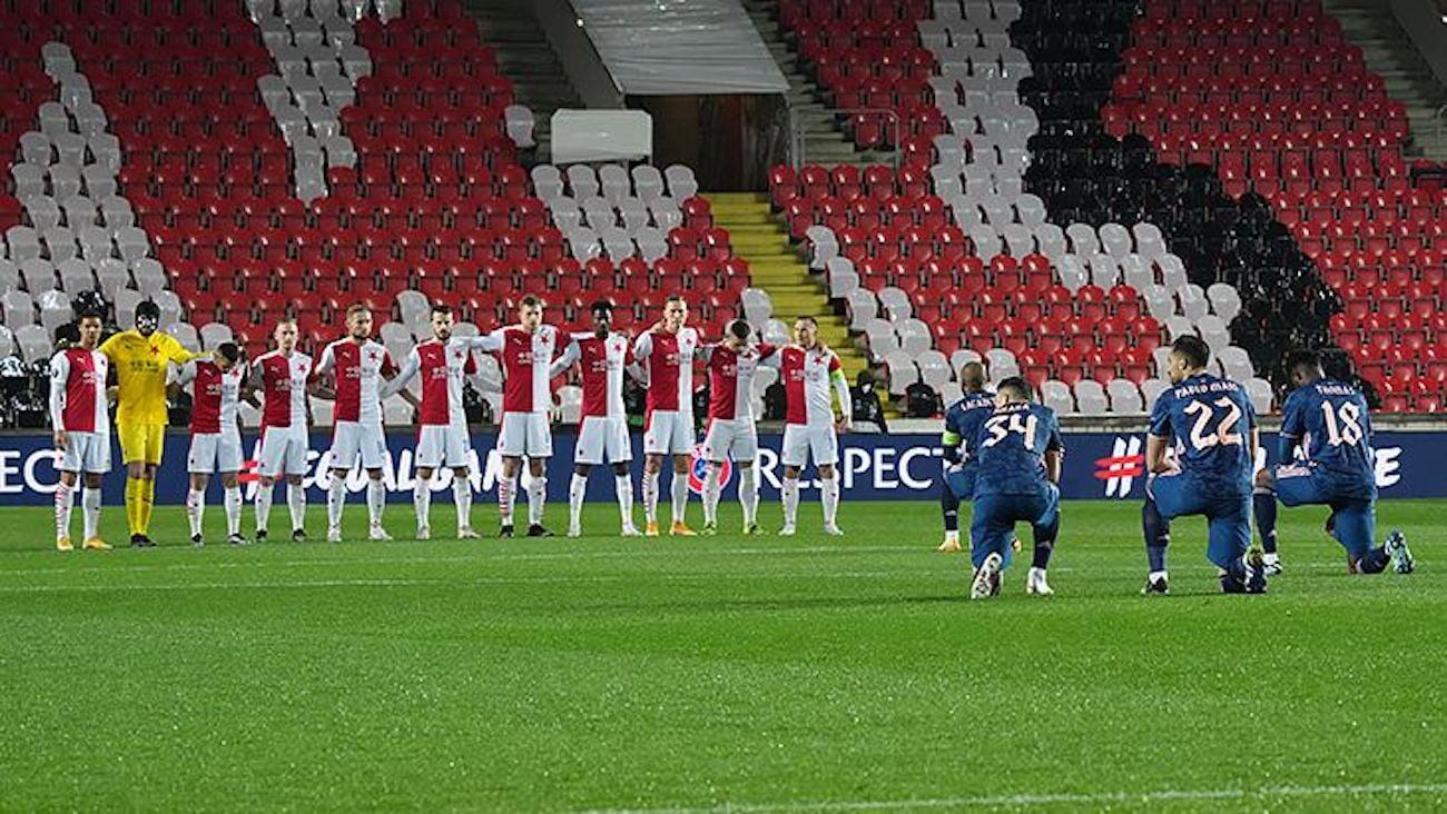 Игроки Славии не встали на колено перед матчем с Арсеналом. Перед первой игрой  тоже