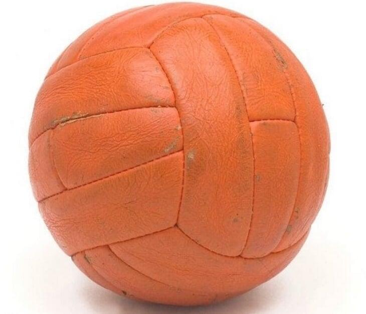 Мяч, которым Англия взяла единственный титул, 30 лет пролежал у немца. Вернули только за 80к фунтов