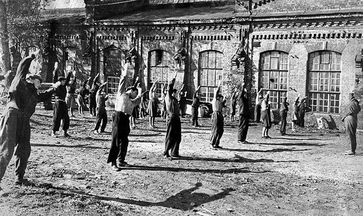 Народный фитнес СССР – производственная гимнастика: 10-минутки у станков и эфир на всю страну, Рязанов убрал такую сцену из «Служебного романа»