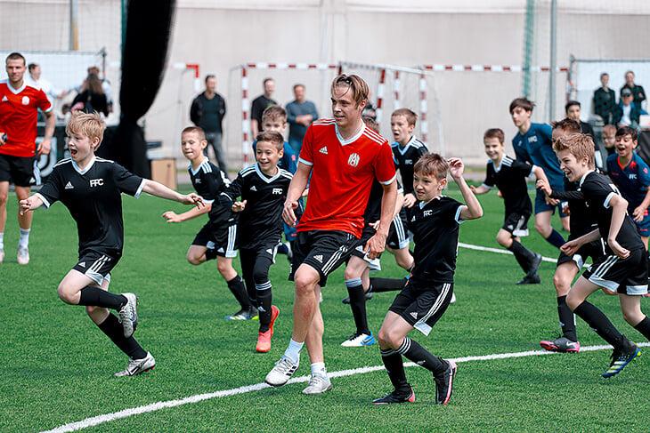 Что будет, если футбольную команду поставить играть против 30 детей? А 60? А 140?