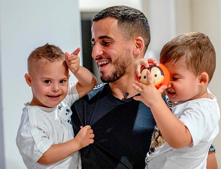 Защитник «Галатасарая» попал в больницу: у него в руке взорвался фейерверк и серьезно повредил глаза