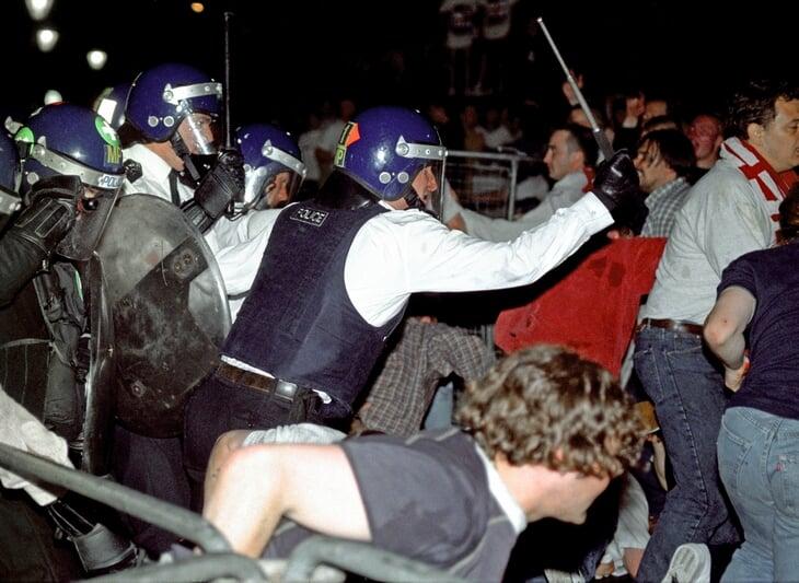 После поражения от Германии на Евро-96 английские фанаты устроили побоище – и порезали русского студента, которого приняли за немца