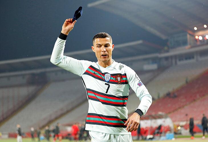 Брошенную Роналду повязку подобрал пожарный – и запустил рекордный для Сербии спортивный аукцион. Цель – помочь 6-месячному мальчику