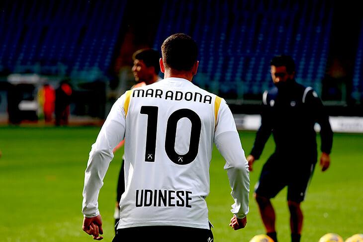 Серия А провожает Марадону масштабнее всех: разминка под Live Is Life, футболки и две минуты молчания