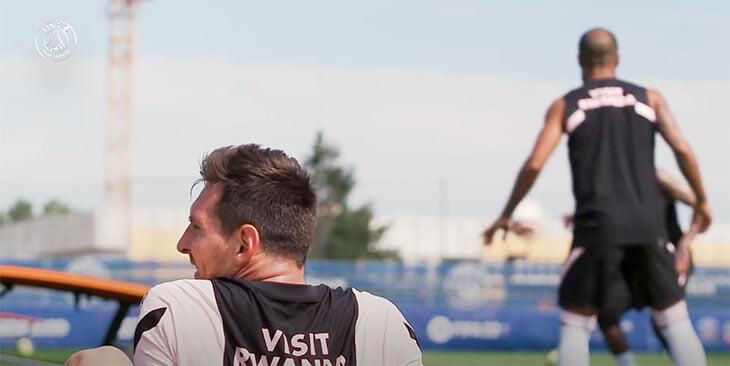 Первая тренировка Месси в «ПСЖ»: приехал на 2 часа раньше, пообщался с Мбаппе и обнял Рамоса