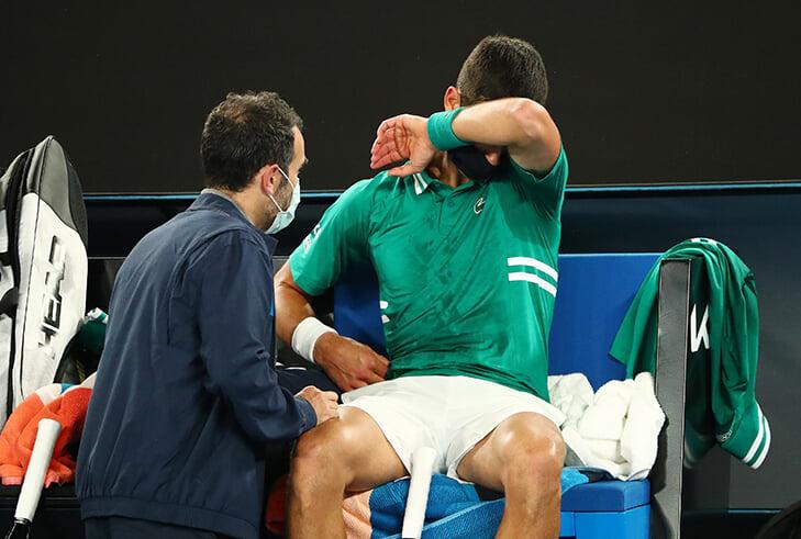 Джокович травмировался и может сняться с Australian Open. Медведев стал главным фаворитом турнира