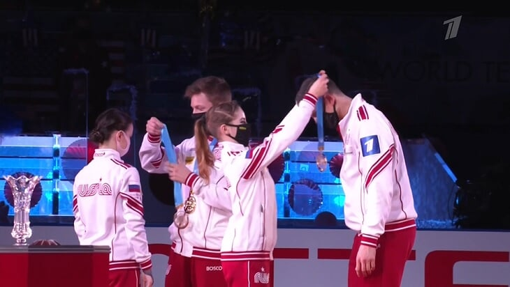 Награждение, которого еще не было у наших фигуристов: в кроссовках на красной дорожке, вешали медали на шею друг другу