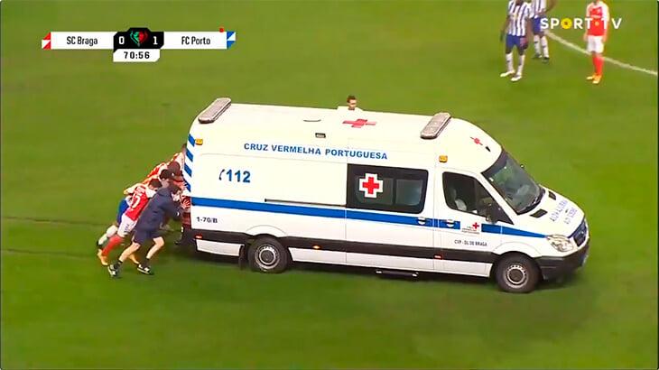 Теперь в матче «Порту» скорая застряла прямо на поле. Пришлось толкать игрокам