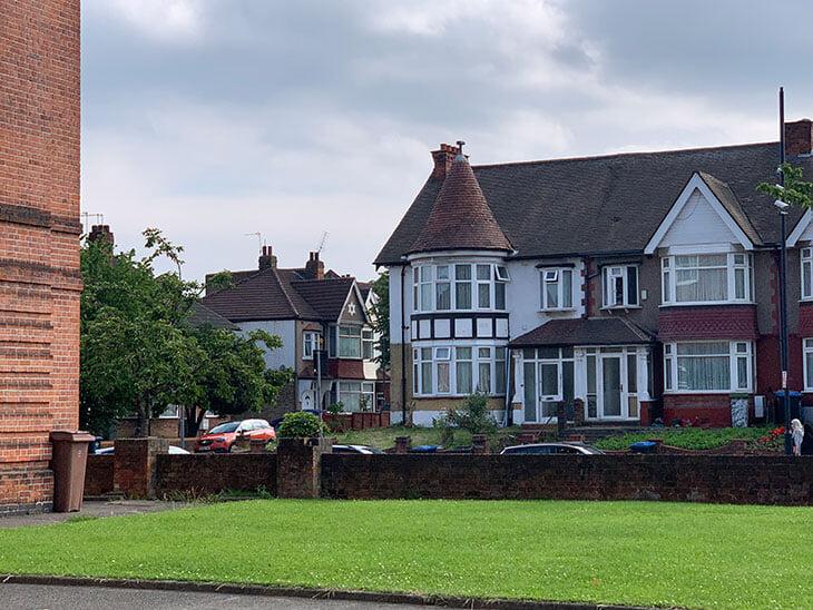 Стерлинг вырос в 300 метрах от «Уэмбли». Мы нашли его дом – оттуда и правда прекрасный вид на арку стадиона