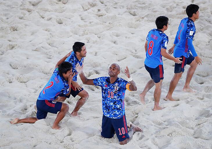 Капитан и тренер сборной Японии по пляжному футболу – бразилец, который в 20 лет сбежал из Рио. Сегодня он сыграет с Россией в финале ЧМ
